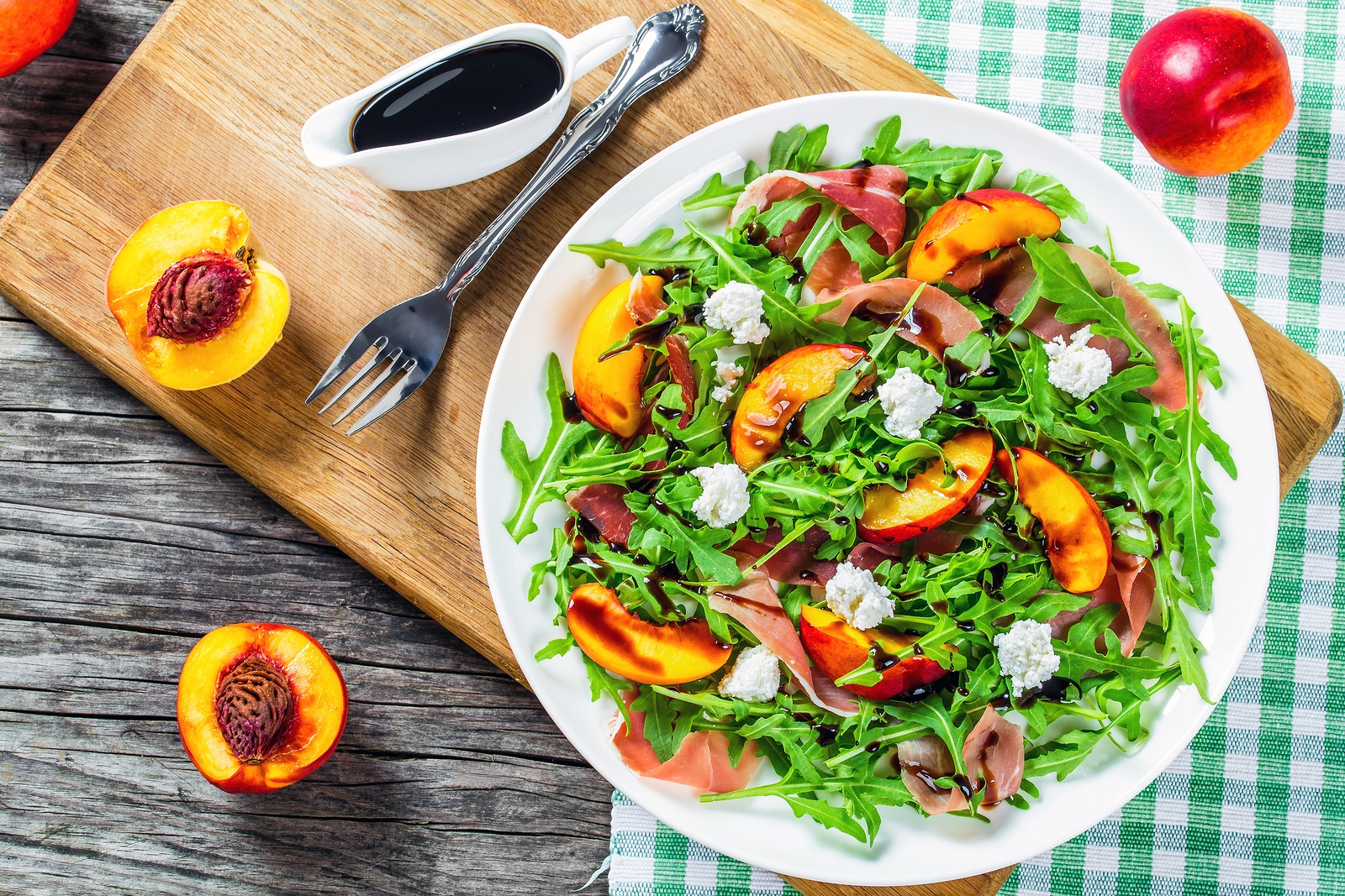 peaches arugula prosciutto and goat cheese salad with balsamic vinegar